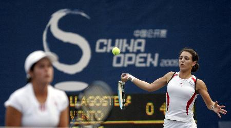 图文-跨国组合获中网女双冠军大力击球志在必得