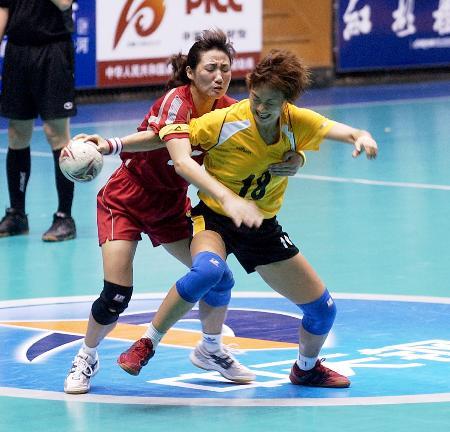 图文-女子手球决赛阶段比赛球员们积极的争抢