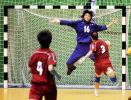 图文-女子手球决赛阶段比赛开幕苏晓东拦截射门