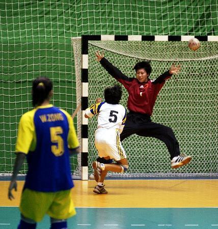 ...新疆队球员的射门.当日,在江苏常州进行的十运会女子手球决