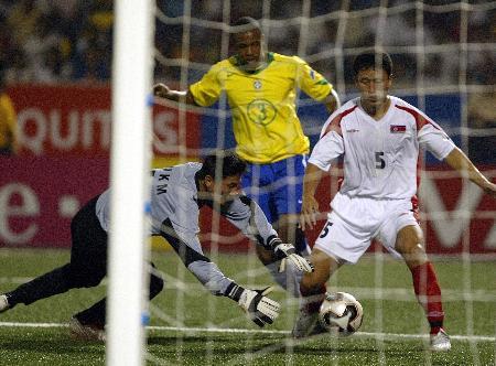 图文-世少赛巴西3-1胜朝鲜朝鲜守门员奋力扑救