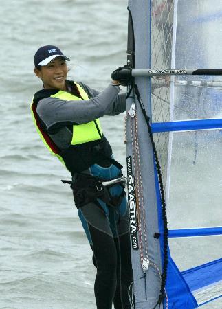 图文-十运会帆板比赛赛况孙丽美在翻波板障碍赛中
