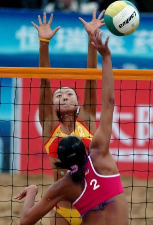 十运女子沙滩排球产生8强 王菲拦截扣球