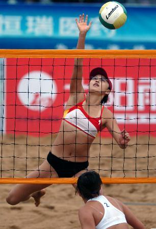 十运女子沙滩排球产生8强 熊姿扣球瞬间