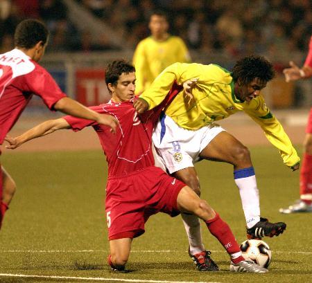 图文-世青赛半决赛赛况德阿布雷乌与对方球员争抢