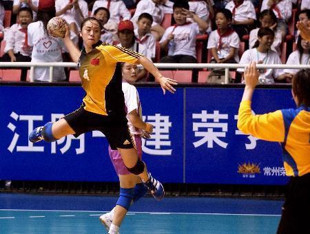 图文-十运会女子手球赛况吴亚楠在比赛中射门