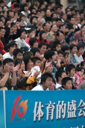 图文-十运会男子沙滩排球落幕球迷观看比赛