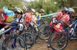 图文-十运山地车越野赛赛况扛着自行车前进
