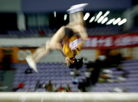 图文-十运体操女子团体决赛平衡木上幻影游形