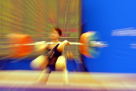 图文-女子举重69公斤级赛况一位选手发力瞬间
