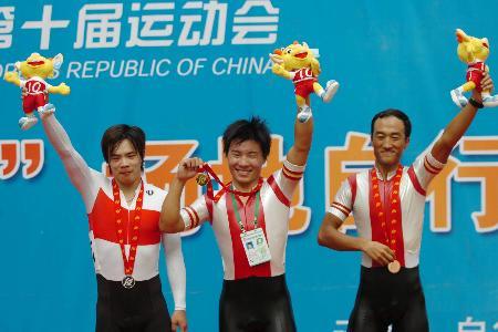 图文-十运自行车赛13日狂飚前三名登上领奖台