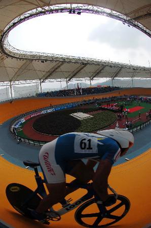 图文-十运自行车赛13日狂飚唐琪在赛前中热身