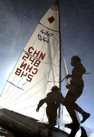 图文-14日风力弱十运帆船停赛解放军选手整理帆船