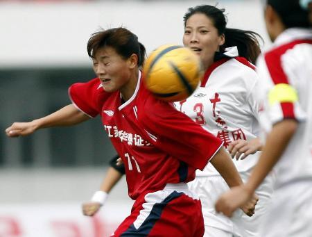 图文-足球女足小组赛赛况宋晓丽奋力争顶头球