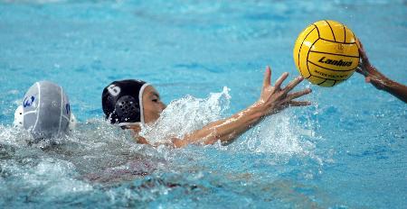 图文-十运会男子水球比赛赛况队员们在拼抢