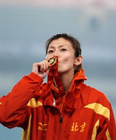 图文-景雪竹夺得十运会女子跳高金牌亲吻胜利果实