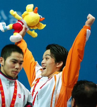 图文-十运举重广西丘乐折桂冠军领奖台上欢庆胜利