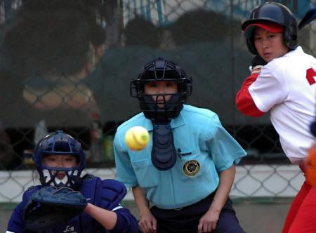 图文-十运垒球甘肃3比2战胜天津裁判员全神贯注