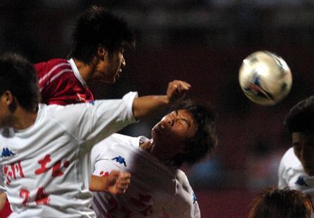 图文-十运男足上海4比1湖北进决赛赛中拼抢激烈