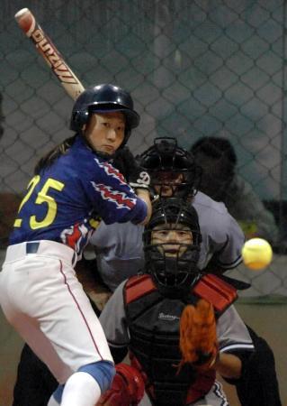 图文-十运垒球广东0比5解放军白璐准备击球