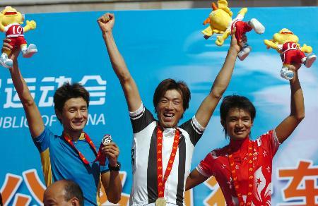 图文-自行车男子公路184公里个人赛李富玉喜笑颜开