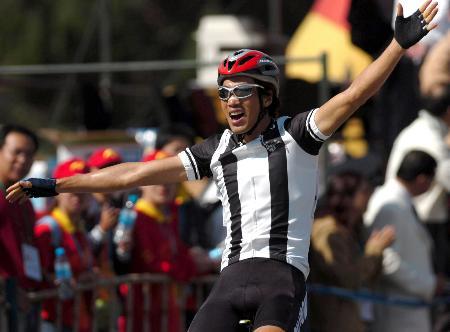 图文-自行车男子公路184公里个人赛李富玉扬臂庆祝