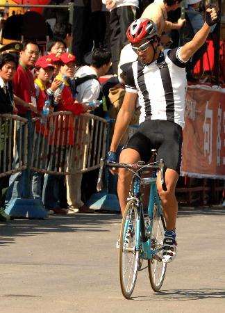 图文-自行车男公路184公里个人赛李富玉:我最棒!