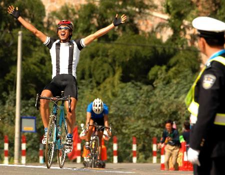 图文-十运男子公路184公里个人赛李富玉拥抱胜利