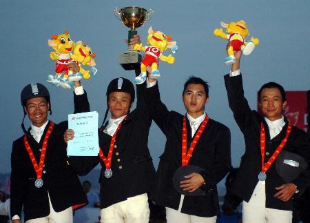 图文-马术场地障碍赛团体赛上海众骑手欢庆胜利