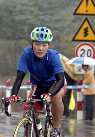 图文-十运会自行车赛决出最后金牌赵娜冲过终点