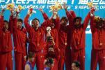 图文-十运男足决赛山东夺冠山东队员领奖台上庆祝