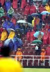 图文-十运男足决赛山东队夺冠球迷在冒雨观看比赛