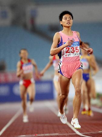 图文-十运女子800米刘青折桂这回冲刺没人跟她抢