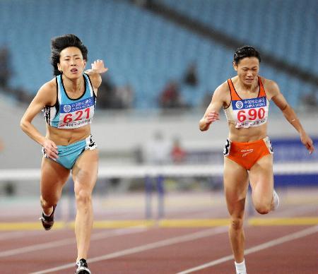 图文-女子400米栏黄潇潇夺冠冠军最后探身冲刺