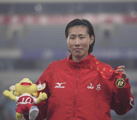 图文-女子400米栏黄潇潇夺冠冠军品尝胜利的滋味