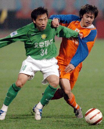 图文-山东鲁能4-2胜北京现代双方拼抢看谁厉害