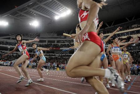 图文-十运田径比赛落幕选手们在进行女子接力比赛