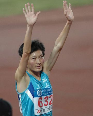 图文-十运女子5000米邢慧娜夺冠向观众致意