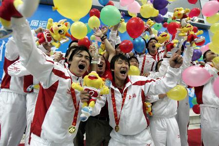 图文-十运男子水球决出金牌上海队员庆祝夺冠