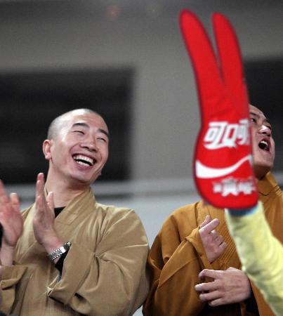 """图文-十运赛场僧人也""""疯狂""""两位僧人喜笑颜开"""