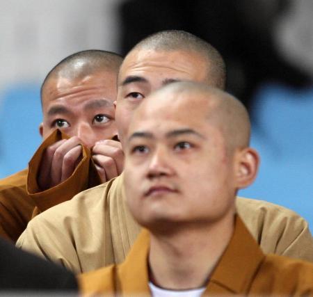 """图文-十运赛场僧人也""""疯狂""""几位僧人屏气凝神"""