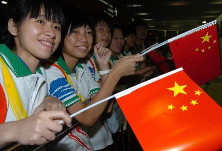 图文-中国体育代表团抵达澳门志愿者夹道欢迎