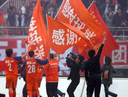 图文-[中超]山东4-1胜辽宁赛后队员向球迷致谢