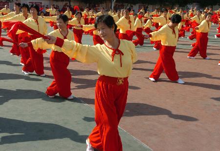 图文-福建老年体育健身新项展示木兰双扇表武术艺术照图片