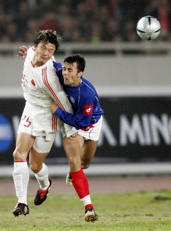 图文-[热身赛]国足0-2塞黑谢晖在紧逼下争顶