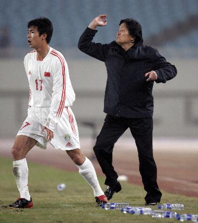 图文-[热身赛]国足0-2塞黑战况让朱指导着急
