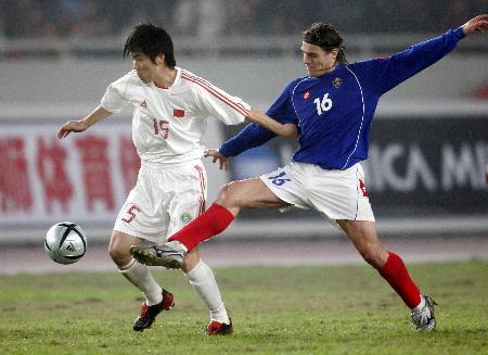 图文-[热身赛]国足0-2塞黑肇俊哲边路突破遇阻