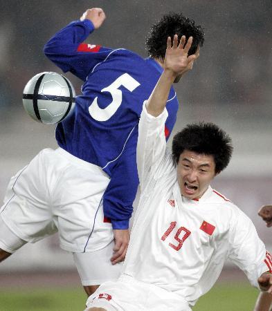 图文-[热身赛]国足0-2塞黑邹捷被对手放倒