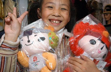 """图文-快乐童心爱""""福娃""""两个娃娃在手幸福乐开怀"""