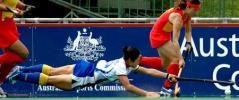 图文-曲棍球冠军赛中国女曲首战告捷对手鱼跃扑球